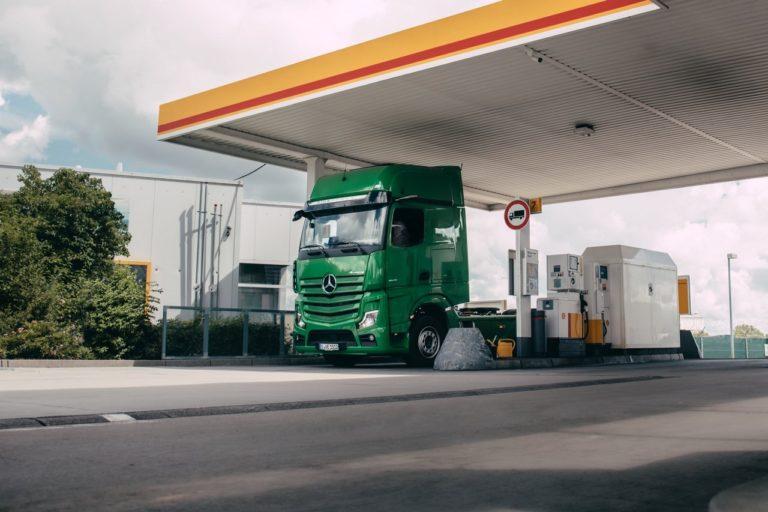 Lors de tests pratiques, des camions Mercedes-Benz Actros ont pour la première fois payé automatiquement leur carburant dans des stations-services Shell à Stuttgart, Allemagne.