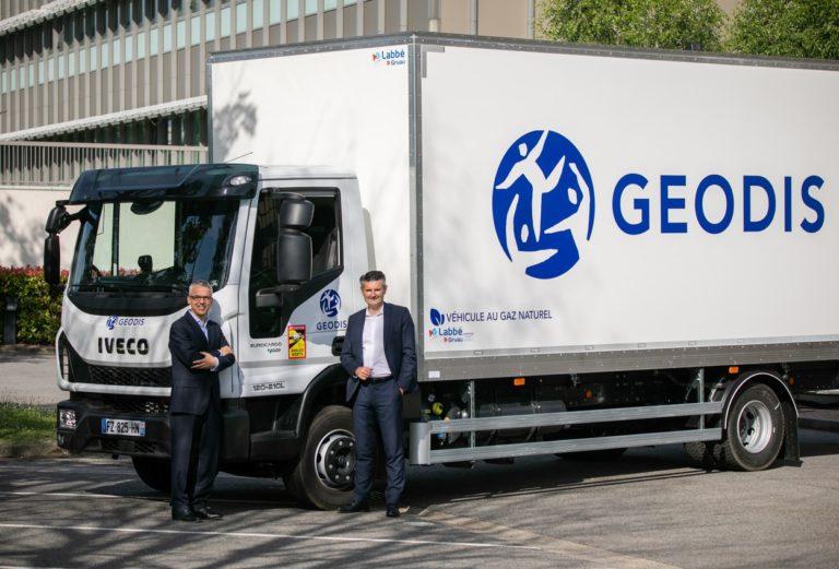 Stéphane Cassagne, directeur général du métier distribution & express de Geodis et Emilio Portillo, directeur dénéral d'Iveco France.