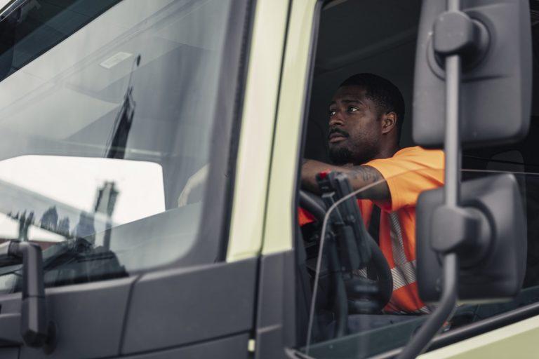 L'accord prévoit une suppression progressive de la tarification fondée sur la durée pour les camions et les bus au profit d'un système de péage ou de tarification en fonction des kilomètres parcourus.