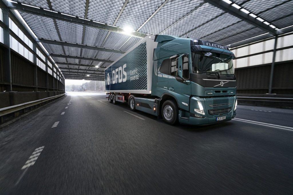 DFDS sera l'un des premiers à exploiter un Volvo FM Electric dans le trafic commercial. Le camion livrera des fournitures à l'usine de camions Volvo à Göteborg.
