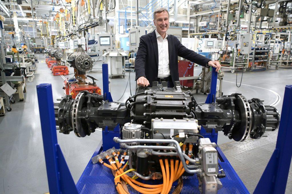 Prof. Dr. Frank Lehmann, directeur de l'usine Mercedes-Benz de Kassel, avec l'essieu électrique pour les eActros à batterie.